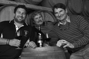 Klink 'n glasie op die internasionale sukses van die Kaapzicht Steytler Pinotage 2006, van links is Danie jr Steytler (wynmaker), George Steytler (eienaar en wingerdboukundige) en Danie Steytler (eienaar en keldermeester)